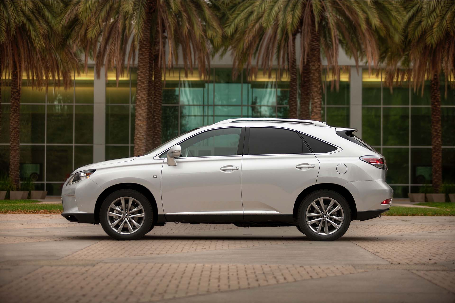 The third-generation Lexus RX came with the expected host of upgrades, from bumps in displacement (to 3.5L) and power (275 hp) to improved ergonomics and greater passenger area.