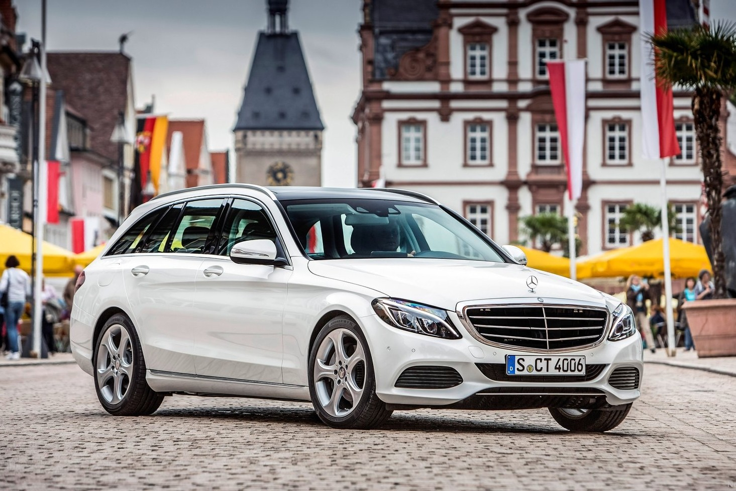 Mercedes-Benz said Happy New Year with one of this year's 2016 reveals, of its C 300 d 4MATIC station wagon ('d' is for diesel, 4MATIC is Benz' all-wheel drive system), a car introduced last year in Europe, but which is now exclusive to the brand's Canadian lineup in North America.