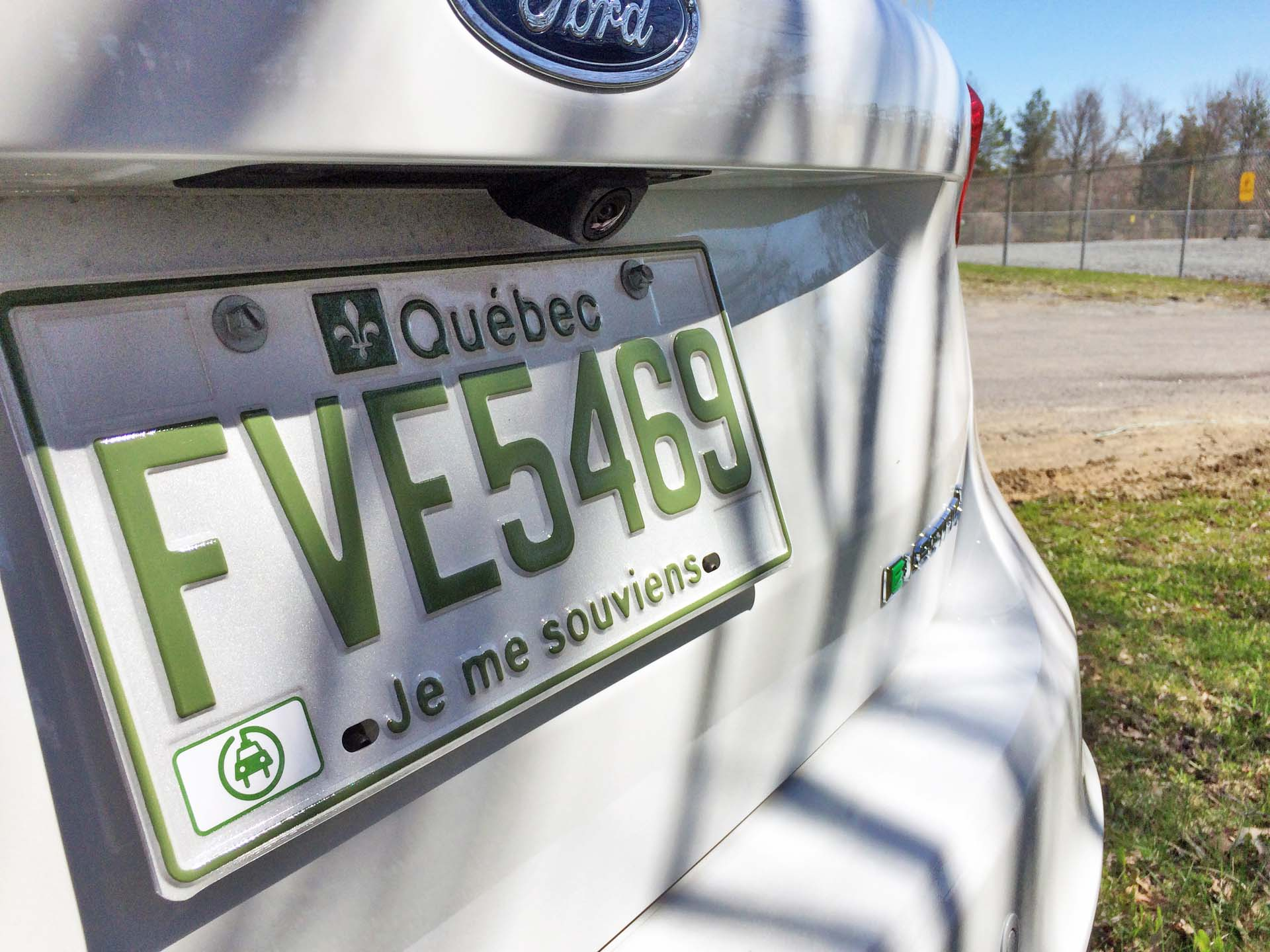 displaying Quebec green license plate