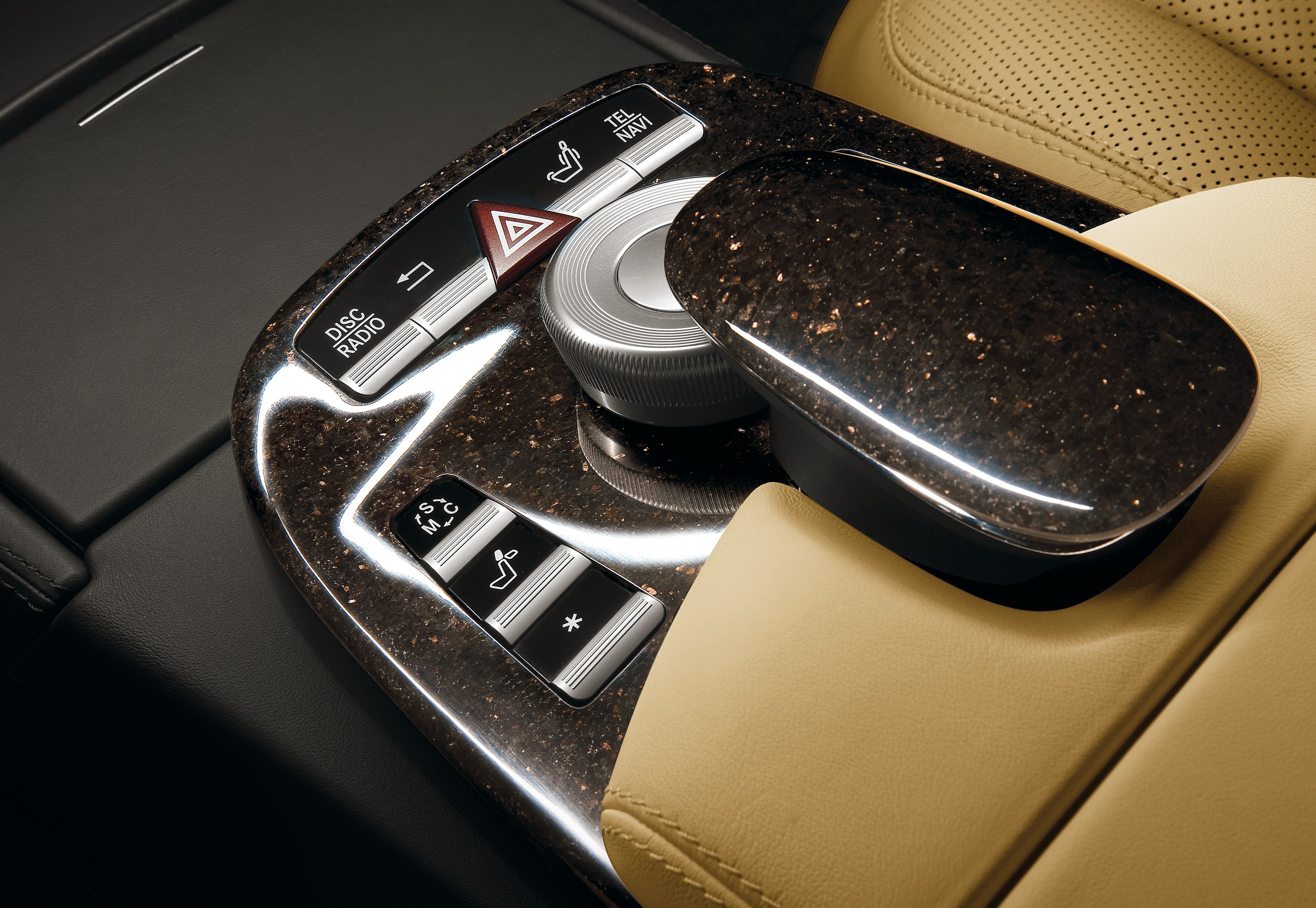 Mercedes-Benz S-Klasse der Baureihe 221 (2005 bis 2013), designo-Interieur mit Naturstein der Farbe Star galaxy. Fotomotiv aus dem designo-Katalog 05/2008. </p>